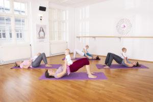 Sport für Mütter mit Baby bei Bodenübung