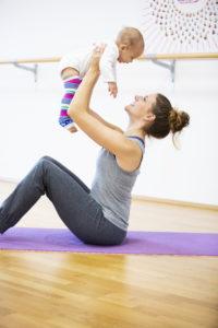 Frau beim Kanga mit Baby