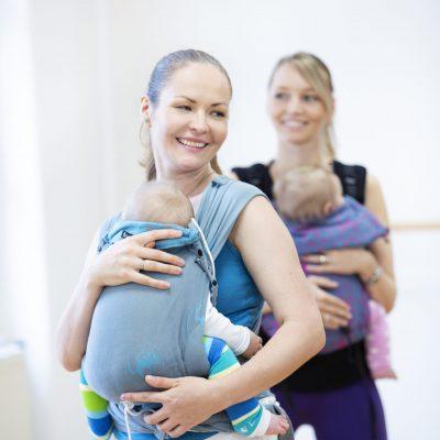 Kanga mit Baby in der Trage